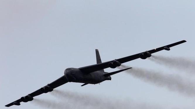Máy bay ném bom chiến lược B-52H của không quân Mỹ đã nhiều lần hiện diện trên vùng trời Biển Đông thời gian qua. Ảnh: International Business Times.