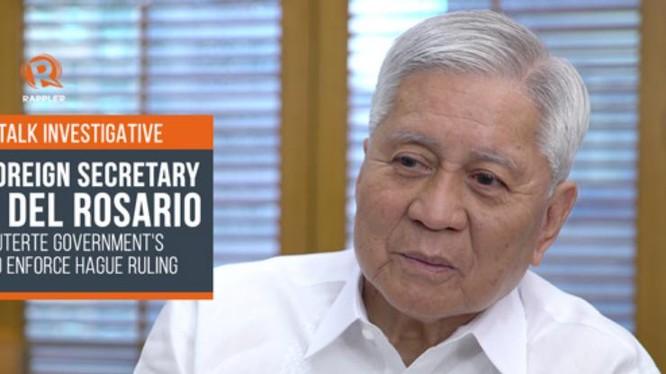 Cựu Ngoại trưởng Philippines Abert del Rosario trả lời phỏng vấn báo chí sau 2 năm Tòa trọng tài thường trực (PCA) ở The Hague, Hà Lan đưa ra phán quyết về vụ kiện trọng tài Biển Đông. Ảnh: Rappler.
