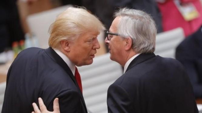 Tổng thống Mỹ Donald Trump và Chủ tịch Ủy ban Liên minh châu Âu Jean-Claude Juncker. Ảnh: CNBC.