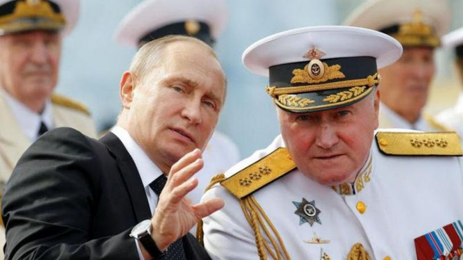 Tổng thống Nga Vladimir Putin nói chuyện với Tư lệnh hải quân Nga Vladimir Korolev. Ảnh: BusinessLIVE/Reuters.