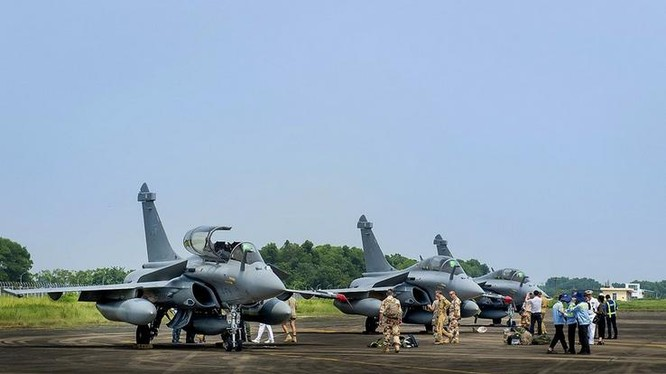 Ba máy bay chiến đấu Rafale Pháp thăm Việt Nam. Ảnh: Haiwainet.