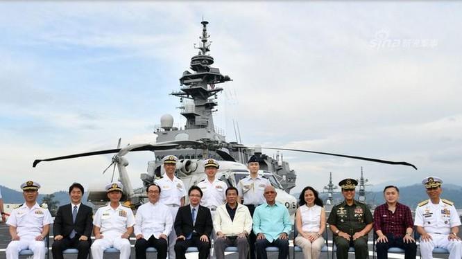 Ngày 1/9/2018, Tổng thống Philippines Rodrigo Duterte và các quan chức quân đội, quốc phòng Philippines lên thăm tàu sân bay trực thăng Kaga của Lực lượng phòng vệ Nhật Bản. Ảnh: Sina.