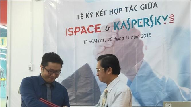 Ông Ngô Tấn Vũ Khanh, Giám đốc phát triển Kaspersky Việt Nam (trái) và ông Nguyễn Hoàng Anh, Hiệu trưởng trường iSpace, ký kết thỏa thuận hôm 20/11 - Ảnh: H.Đ