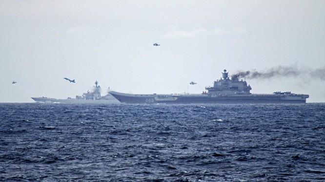 Chiến đấu cơ trên hạm Su-33 và trực thăng săn ngầm xuất kích làm nhiệm vụ khi cụm tác chiến tàu sân bay Đô đốc Kuznétov tiến qua eo biển Anh mới đây