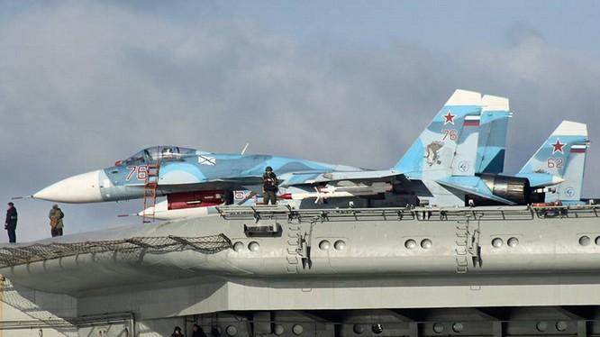Chiến đấu cơ Su-33 trên tàu sân bay Đô đốc Kuznetsov đang trên đường tới Syria