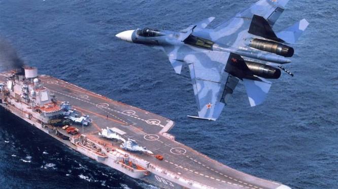 Chiến đấu cơ SU-33 bay phía trên tàu sân bay Đô đốc Kuznetsov đang trên đường tới Syria