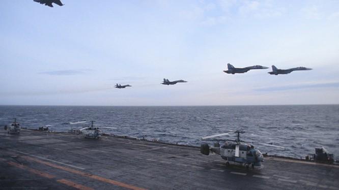 Chiến đấu cơ SU-33 xuất kích từ tàu sân bay Đô đốc Kuznetsov