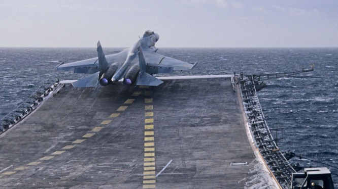 Su-33 xuất kích từ tàu Đô đốc Kuznetsov