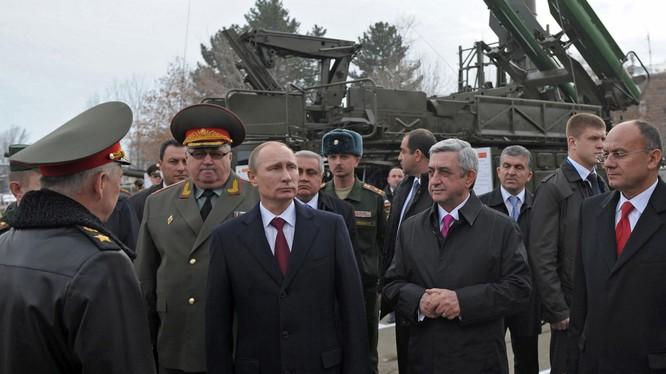 Tổng thống Putin trong một chuyến thị sát quân đội