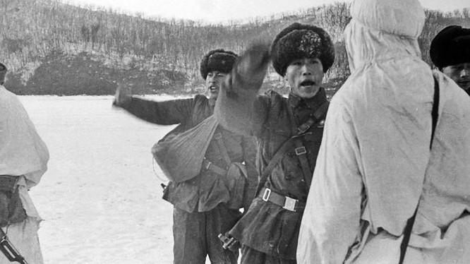 Binh sĩ Trung Quốc đấu khẩu với lính biên phòng Liên Xô trước khi nổ ra xung đột