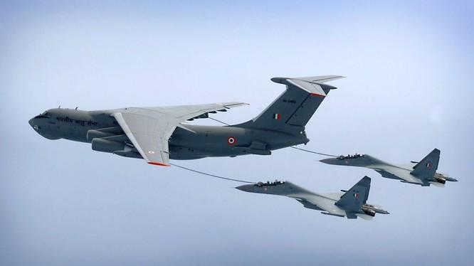 Hai chiến đấu cơ Su-30MKI của Ấn Độ tiếp dầu từ máy bay IL-78