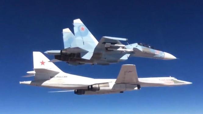 Chiến đấu cơ Su-30SM hộ tống máy bay ném bom chiến lược Tu-160 của Nga tấn công mục tiêu khủng bố tại Syria