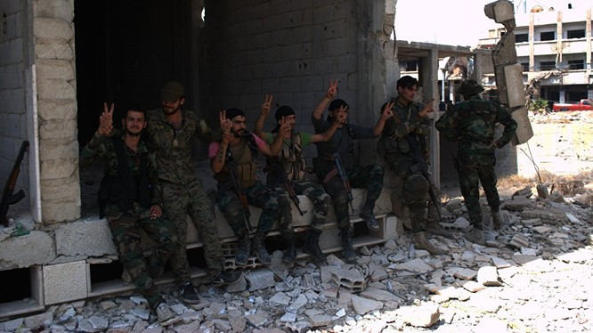Những người lính Syria chiến đấu tại Aleppo