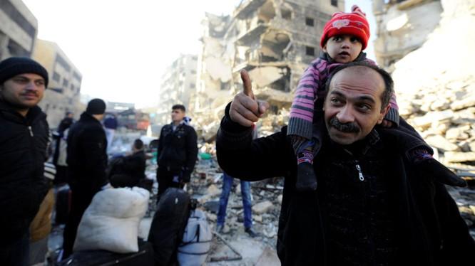Người dân được sơ tán khỏi khu vực chiến sự ở Aleppo
