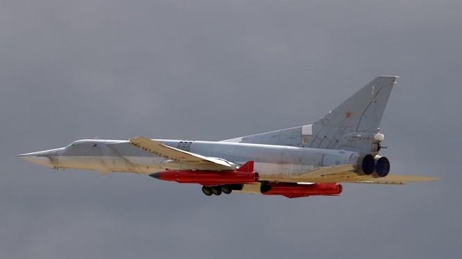 Máy bay ném bom chiến lược tầm xa Tu-22M3 mang tên lửa hành trình tấn công phiến quân Syria
