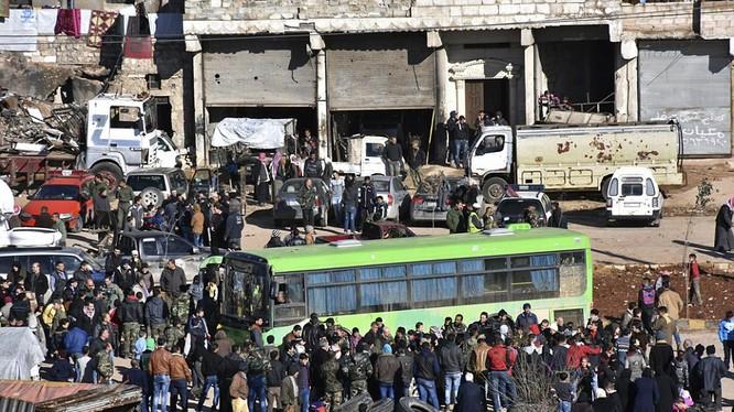 Phiến quân thất trận lên xe rời khỏi thành phố Aleppo