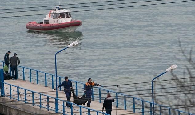 Nhân viên cứu hộ tại hiện trường vụ rơi máy bay Tu-154