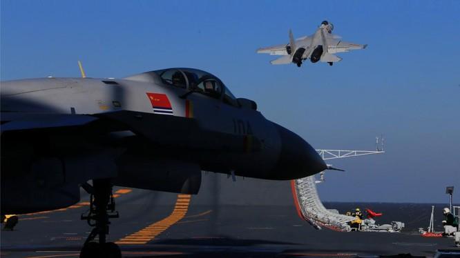 Chiến đấu cơ J-15 cất cánh từ tàu sân bay Liêu Ninh
