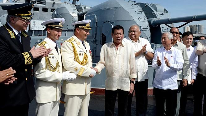 Ông Duterte thăm khu trục hạm Nga