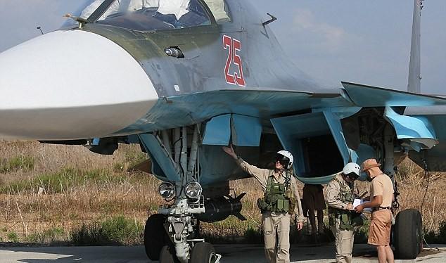 Phi công Nga kiểm tra máy bay Su-34 trước giờ xuất kích tại chiến trường Syria