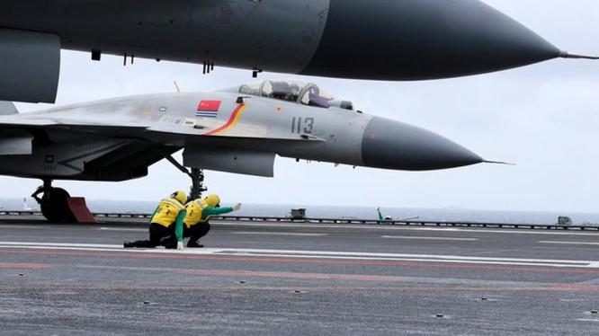 Chiến đấu cơ J-15 chuẩn bị xuất kích từ tàu sân bay Liêu Ninh