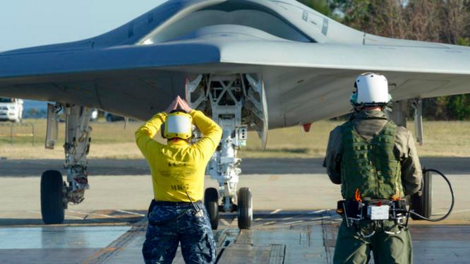 Máy bay không người lái X-47B của Mỹ xuất kích từ tàu sân bay