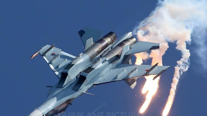 Chiến đấu cơ Su-30SM biểu diễn kỹ năng trên không
