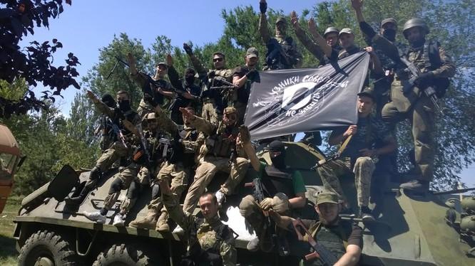Lính cực hữu Ukraine chào kiểu phát xít