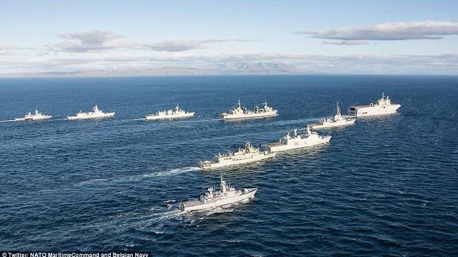 Hạm đội NATO bám sát tàu sân bay Nga khi di chuyển qua eo biển Anh