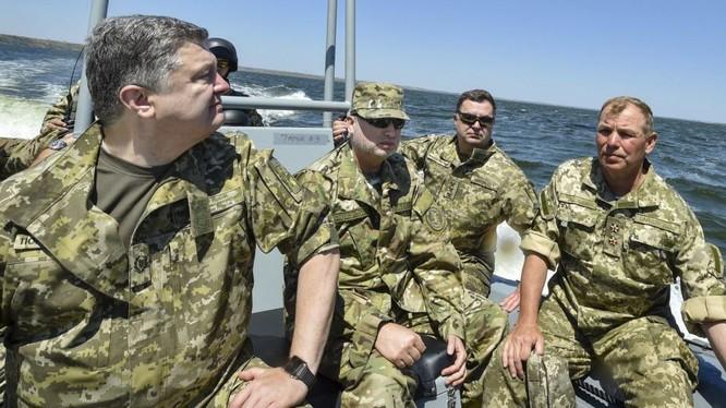 Ông Poroshenko thị sát quân đội