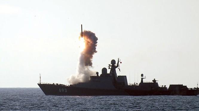 Chiến hạm Gepard Nga phóng tên lửa Kalibr tấn công mục tiêu khủng bố tại Syria