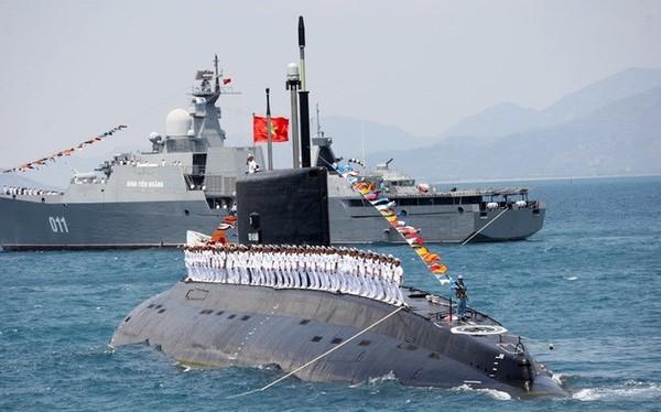 Tàu ngầm Kilo của Hải quân Nhân dân Việt Nam trên vịnh Cam Ranh