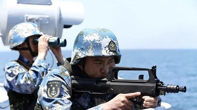 Binh sĩ Trung Quốc tập trận trên biển