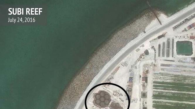 Cận cảnh một cấu trúc xây dựng trên đá Subi ở quần đảo Trường Sa đã bị Trung Quốc bồi lấp, xây dựng thành đảo nhân tạo phi pháp với đường băng, nhà chứa máy bay và các công trình quân sự kiên cố