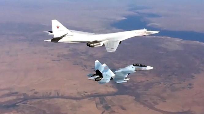 Chiến đấu cơ Su-30SM hộ tống máy bay ném bom chiến lược tầm xa Tu-160 tấn công phiến quân Syria