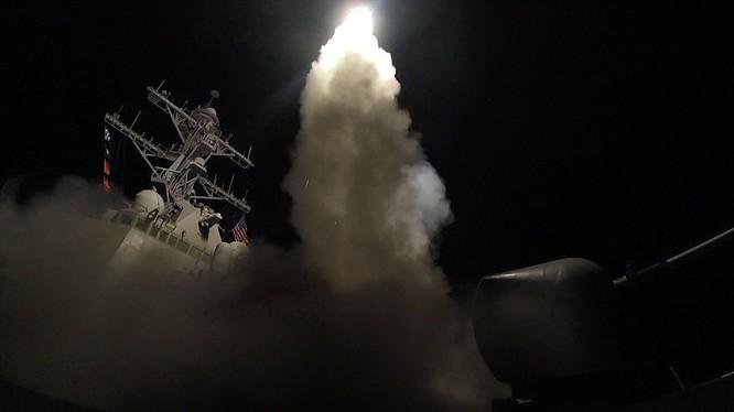 Chiến hạm Mỹ phóng Tomahaw đánh căn cứ không quân Syria