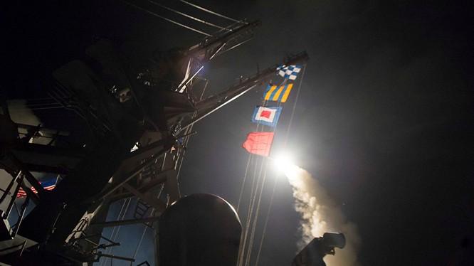 Chiến hạm Mỹ phóng tên lửa Tomahaw tấn công căn cứ quân đội Syria