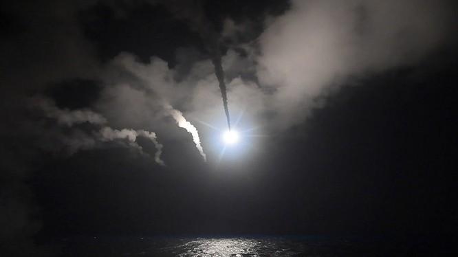 Khu trục hạm Mỹ phóng tên lửa Tomahaw tấn công căn cứ không quân Syria rạng sáng ngày 7/4 vừa qua