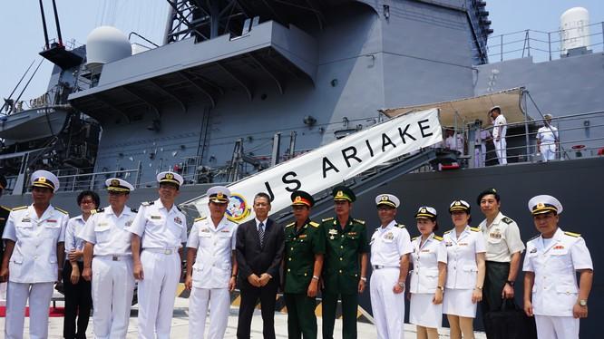 Khu trục hạm Nhật Bản ghé thăm cảng Cam Ranh của Việt Nam