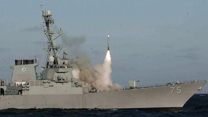 Tên lửa Tomahawk phóng đi từ khu trục hạm Mỹ
