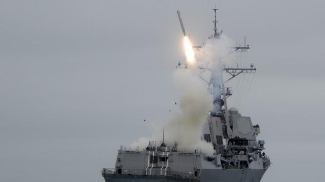 Khu trục hạm Mỹ phóng tên lửa Tomahawk