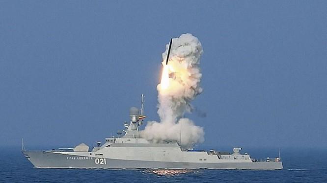 Chiến hạm cỡ nhỏ lớp Buyan của Nga phóng tên lửa hành trình tầm xa Kalibr tấn công phiến quân tại Syria