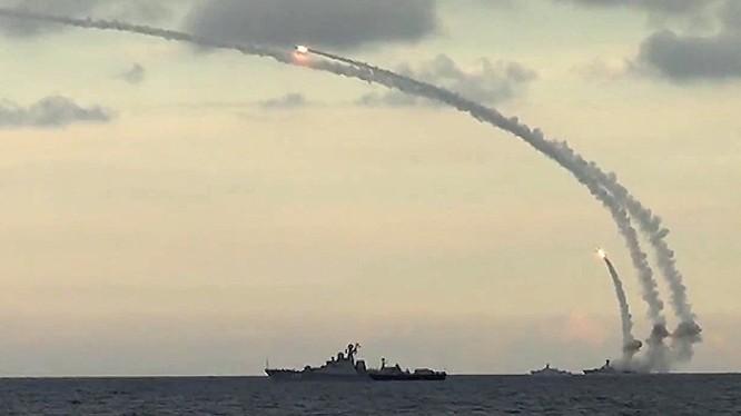 Chiến hạm Nga phóng tên lửa hành trình tầm xa Kalibr tấn công mục tiêu phiến quân tại Syria khiến Mỹ và phương Tây kinh ngạc