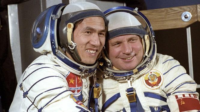 Hai nhà du hành vũ tru Phạm Tuân của Việt Nam và Viktor Gorbatko của Liên Xô