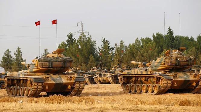Xe tăng của quân đội Thổ Nhĩ Kỳ. Ankara không chỉ hậu thuẫn một vài nhóm phiến quân mà còn đổ quân trực tiếp tham chiến tại Syria