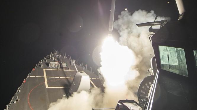 Khu trục hạm Mỹ phóng tên lửa Tomahawk tấn công căn cứ không quân Syria rạng ngày 7/4