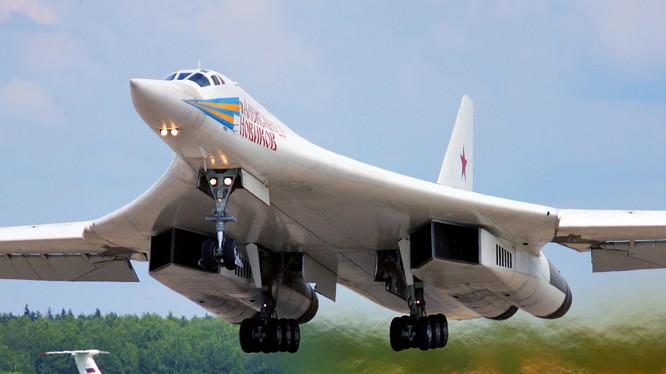Máy bay ném bom chiến lược T-160 của lực lượng không quân vũ trụ Nga có thể phát động những đòn tấn công chính xác tầm xa