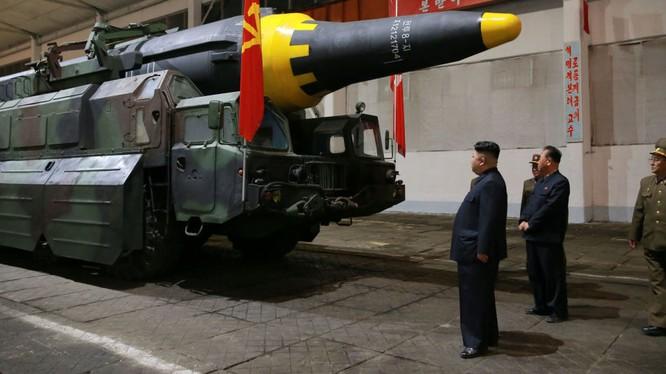 Ông Kim Jong un thị sát trước vụ phóng tên lửa đạn đạo của Triều Tiên