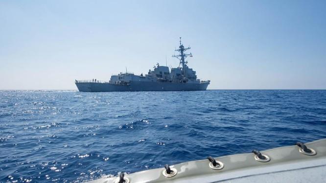 Khu trục hạm USS Dewey đã thực hiện tuần tra tự do hàng hải ở Biển Đông, áp sát đá Vành Khăn tại quần đảo Trường Sa khiến Bắc Kinh nổi giận