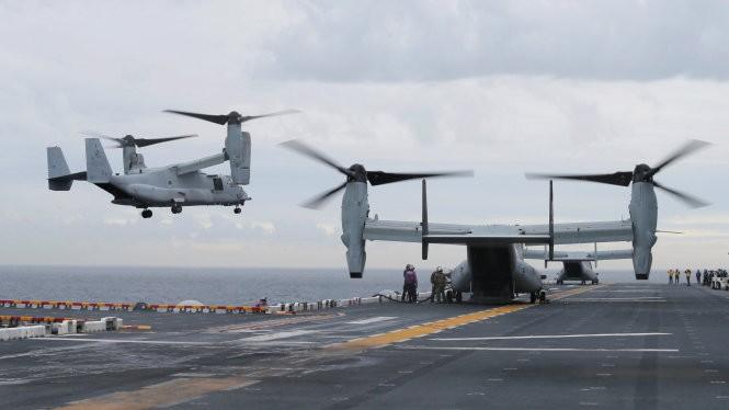 """Máy bay """"ưng biển"""" MV-22 Osprey hạ cánh trên tàu USS Bonhomme Richard"""